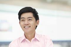 Ståenden av den unga mannen i rosa färger knäppas ner skjortan, Peking, Kina Fotografering för Bildbyråer