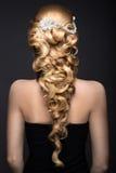 Ståenden av en härlig kvinna i bilden av bruden med snör åt i hennes hår Härlig le flicka sikt för bröllopfrisyrbaksida Arkivfoton