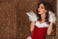 Ståenden av en ung charmig flicka klädde som jultomten lyckligt nytt år Arkivfoton