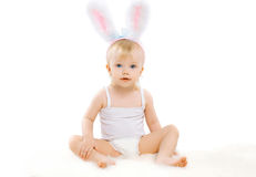 Ståenden av gulligt behandla som ett barn i den dräkteaster kaninen med fluffiga öron Arkivbild