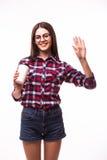 Ståenden av skönhetstudentflickan med hälsningar gör en gest drinkte eller kaffe från den pappers- koppen Royaltyfri Fotografi