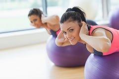 Ståenden av två färdiga kvinnor som övar på kondition, klumpa ihop sig Royaltyfria Bilder