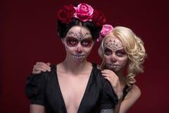 Ståenden av två unga flickor i svart klär med Royaltyfri Fotografi