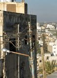 Stenditura creativa dei cavi elettrici in superficie in Madaba immagine stock libera da diritti