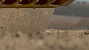 Stenditura del rullo della carreggiata Consolidamento del fondo stradale durante la costruzione stock footage