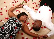 Stenditura delle coppie dell'afroamericano fotografia stock
