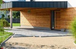 Stenditura delle lastre per pavimentazione concrete grige nel PA della strada privata del cortile della casa fotografia stock libera da diritti
