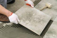Stenditura delle mattonelle di ceramica Fotografia Stock Libera da Diritti