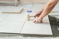 Stenditura delle mattonelle di ceramica Fotografia Stock