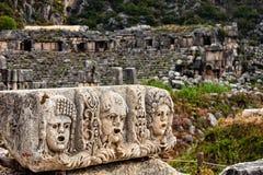 Stenen arrangerar maskerar framme av teater på Myra Turkiet royaltyfria bilder