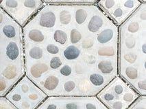 Stenen bäddar in i cement för tegelstengolv Fotografering för Bildbyråer