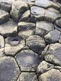 Stenen bij Reuzenverhoogde weg Stock Afbeeldingen