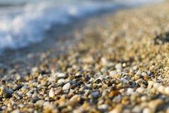 Stenen bij strand en het zeewater Stock Foto