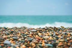 Stenen bij strand en het zeewater royalty-vrije stock foto's