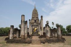 Stenen Chedi och stora buddha på arkeologiskt parkerar av Chaliang buddistiska tempel, Thailand Royaltyfri Bild