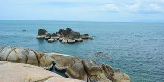 Stenen in de oceaan Royalty-vrije Stock Afbeelding