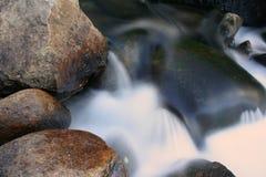 Stenen in de rivier Stock Foto's