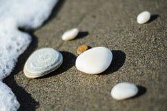 Stenen dicht bij de golven Stock Foto's