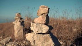 Stenen dichtbij de weg worden opgestapeld die stock footage