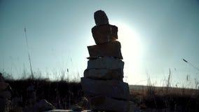 Stenen dichtbij de weg worden opgestapeld die stock videobeelden