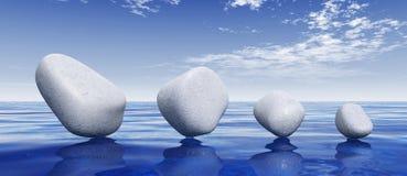 Stenen die op blauwe overzees in evenwicht brengen Stock Foto
