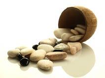 Stenen die van kokosnotenshell worden gemorst Stock Afbeeldingen