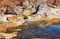 Stenen door rivier Tinto stock afbeeldingen