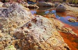 Stenen door zuurrijke rivier Tinto in Spanje royalty-vrije stock fotografie