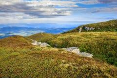 Stenen in een holte op bergketenbovenkant Royalty-vrije Stock Foto's
