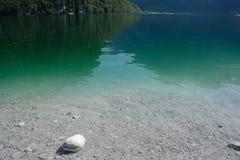 Stenen en duidelijk water in Koenigssee-meer Royalty-vrije Stock Afbeelding