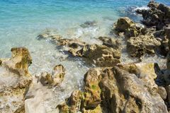 Stenen en golven die over hen breken stock foto