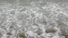 Stenen en golven van Overzees stock footage
