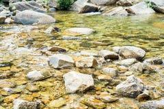 Stenen en kiezelstenen onder water Stock Foto's