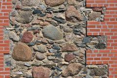 Stenen en rode bakstenen muur stock foto's