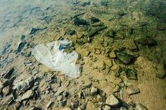 Stenen en vuilnis onder het overzees Stock Afbeeldingen