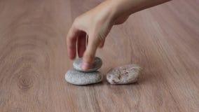 Stenen in evenwicht stapel stock videobeelden