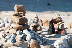 stenen för pyramiden för liggandemeditationberg stenar zen för torn två Fotografering för Bildbyråer