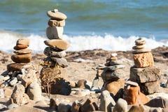 stenen för pyramiden för liggandemeditationberg stenar zen för torn två Arkivbilder
