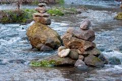 stenen för pyramiden för liggandemeditationberg stenar zen för torn två Royaltyfria Foton