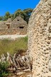 Stenen förlägga i barack i bydesen Bories nära Gordes Royaltyfri Bild