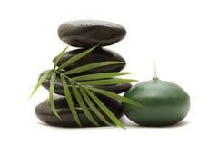 Stenen, groene bladeren en een kaars Stock Afbeelding