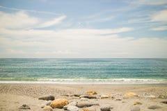 Stenen in het oceaanwater Royalty-vrije Stock Afbeeldingen