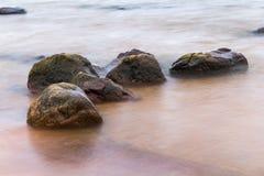 Stenen in het overzees stock afbeelding
