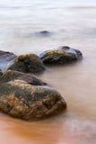 Stenen in het overzees stock foto