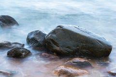 Stenen in het overzees stock fotografie