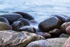 Stenen in het overzees royalty-vrije stock afbeelding
