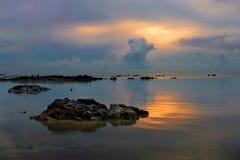 Stenen in het overzees bij mooie schemerzonsopgang Royalty-vrije Stock Afbeelding