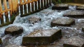 Stenen in het water stock video