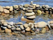 Stenen in het water Pyramide von Kiesel stock afbeeldingen