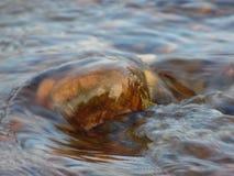 Stenen i vattnet Arkivfoto